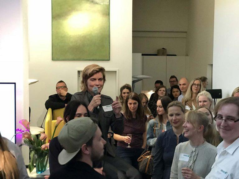 Marlis Jahnke, Geschäftsführerin der INPROMO GmbH und Herausgeberin des Buches, begrüßt die Gäste